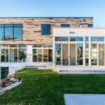 แบบบ้านสามชั้น สไตล์โมเดิร์น สร้างบนเนินเขา พร้อมพื้นที่พักผ่อนแบบจุใจ และสระว่ายน้ำส่วนตัว น่าอยู่