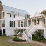 บ้านพักตากอากาศ สไตล์อิงลิชคันทรี่ ยกพื้นสูง พร้อมใต้ถุนบ้าน เรียบง่ายในโทนสีขาว ดูละมุน สบายตา