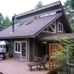 บ้านไม้คอทเทจ พร้อมหลังคาที่เป็นเอกลักษณ์ และชานบ้านสุดกว้างขวาง โอบล้อมด้วยธรรมชาติอันสวยงาม