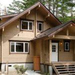 บ้านไม้สองชั้นสไตล์ญี่ปุ่นใช้วัสดุจากธรรมชาติพร้อมโทนสีอบอุ่นภายในตัวบ้าน