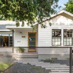 บ้านคอทเทจชั้นเดียว โทนสีขาว สะท้อนความสวยงามของงานไม้ ผ่านรูปแบบโมเดิร์นสุดเนี้ยบ