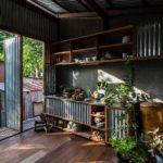 บ้านสองชั้นตกแต่งด้วยสังกะสีและไม้ ก่อสร้างด้วยวัสดุท้องถิ่นหาง่าย ความสวยงามที่ซ่อนอยู่ใต้ความดิบ
