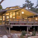 บ้านยกพื้นทรงจั่วสไตล์โมเดิร์น โอบล้อมด้วยป่าธรรมชาติ เหมาะกับการพักผ่อนสำหรับครอบครัวใหญ่