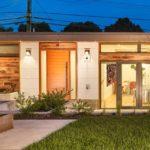 บ้านชั้นเดียวสไตล์โมเดิร์น ตกแต่งด้วยโทนสีขาวสะอาดตา รับกับเฟอร์นิเจอร์ไม้สีอ่อน สร้างความอบอุ่นในทุกพื้นที่อยู่อาศัย