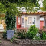 บ้านชั้นเดียวสไตล์บังกะโล เรียบง่ายกะทัดรัด พร้อมชานไม้นั่งชิลล์ รายล้อมไปด้วยสวนสีเขียว