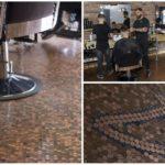 ช่างตัดผมหนุ่ม ลงทุนทำพื้นร้านตัดผมใหม่ ด้วยการปูเหรียญเพนนีกว่า 70,000 เหรียญ!!