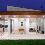 แบบบ้านสไตล์โมเดิร์น เพิ่มความโดดเด่นด้วยอิฐสีขาว พร้อมประตูกระจก เปิดวิวชมสวนนอกบ้าน