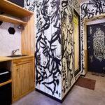ชายหนุ่มเพ้นท์ผนังห้องเช่า Airbnb เป็นงานศิลปะสุดเจ๋ง แลกกับสิทธิ์พักฟรีตลอดชีพ!!