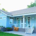 บ้านยกพื้นสไตล์อิงลิชคันทรี โทนสีฟ้าละมุน เปี่ยมไปด้วยบรรยากาศแสนอบอุ่นและผ่อนคลาย