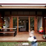 บ้านสไตล์โมเดิร์นทรงหน้าแคบ แต่งผนังไม้สวย เน้นพื้นที่ใช้สอยครบครัน ตอบโจทย์การใช้ชีวิตสำหรับครอบครัวขนาดเล็ก