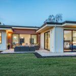 บ้านชั้นเดียวสไตล์โมเดิร์น เชื่อมต่อพื้นที่สวนกับการใช้ชีวิต แฝงไปด้วยความอบอุ่นทั่วอณูบ้าน
