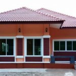 แบบบ้านชั้นเดียวโทนสีส้ม หลังคาทรงปั้นหยา 3 ห้องนอน 1 ห้องน้ำ งบประมาณก่อสร้าง 980,000 บาท (จังหวัดปราจีนบุรี)