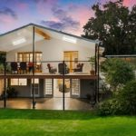 แบบบ้านสองชั้น สไตล์โมเดิร์น หลังคาทรงจั่ว มีชานบ้านและระเบียงสำหรับพักผ่อนแสนสบาย