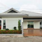บ้านชั้นเดียวสีขาว สไตล์ร่วมสมัย สุดเรียบง่าย 2 ห้องนอน 2 ห้องน้ำ พร้อมสวนหน้าบ้านและลานจอดรถใต้ชายคา