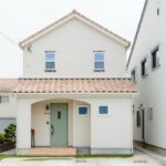 บ้านญี่ปุ่นสองชั้น ตกแต่งเรียบง่ายสไตล์มินิมอล อบอวลไปด้วยความอบอุ่นจากงานไม้และโทนสีขาวสบายตา