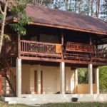 บ้านสองชั้นสไตล์ไทยชนบท ตกแต่งแบบเรียบง่าย โครงสร้างครึ่งไม้ครึ่งปูน พร้อมระเบียงรับลมสุดคลาสสิค