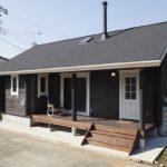 บ้านตากอากาศยกพื้นชั้นเดียว ตกแต่งภายในสไตล์มินิมอล อบอุ่น เรียบง่าย ด้วยดีไซน์แบบญี่ปุ่น