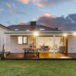 แบบบ้านสไตล์ร่วมสมัย แต่งผนังไม้สีขาว ภายในอบอุ่นเรียบง่าย แถมโปร่งสบายน่าอยู่