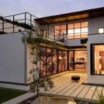 บ้านสีขาวสองชั้น สไตล์โมเดิร์น และการออกแบบเน้นความโปร่งสบาย พร้อมชานบ้านเพื่อการพักผ่อน