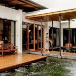 บ้านสองชั้นสไตล์โมเดิร์น โครงสร้างเปิดโล่งรับบรรยากาศธรรมชาติ ล้อมรอบด้วยบ่อน้ำดึงความสดชื่นเข้าสู่ตัวบ้าน