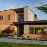 บ้านสองชั้นสไตล์โมเดิร์น ตกแต่งด้วยไม้ผสมปูนเปลือย โครงสร้างภายในโปร่งโล่ง รับแสงธรรมชาติเต็มที่