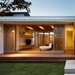 บ้านชั้นเดียว สไตล์โมเดิร์น ดีไซน์รูปทรงตัวยู (U-Shape) มีลานโล่งกว้างกลางบ้าน พร้อมการตกแต่งภายในโทนสีอบอุ่นตามแบบฉบับบ้านญี่ปุ่น