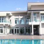แบบบ้านสองชั้น รูปทรงตัวยู ดีไซน์ทันสมัย มาพร้อมสระว่ายน้ำและการตกแต่งสุดหรูหรา