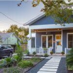 บ้านชั้นเดียว สไตล์โมเดิร์น ตกแต่งโทนสีเทาเรียบง่าย โครงสร้างโปร่งโล่ง มาพร้อมซันรูมเปิดรับบรรยากาศดีๆ นอกบ้าน