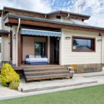 บ้านไม้ตากอากาศ ตกแต่งเรียบง่ายอบอุ่น พร้อมสนามหญ้าโล่งกว้างและสระว่ายน้ำกลางแจ้ง