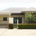 บ้านชั้นเดียว สไตล์คอนเทมโพรารี ตกแต่งโทนสีครีมเรียบง่าย 3 ห้องนอน 2 ห้องน้ำ พร้อมสวนสีเขียวหน้าบ้าน