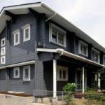 บ้านไม้หน้ากว้างสองชั้น โครงสร้างทั้งภายในและภายนอกตกแต่งด้วยวัสดุธรรมชาติ ตามแบบฉบับบ้านสไตล์ญี่ปุ่น