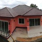 บ้านยกพื้นชั้นเดียวโทนสีชมพู 3 ห้องนอน 2 ห้องน้ำ พื้นที่ใช้สอย 125 ตร.ม. งบประมาณ 1.4 ล้านบาท (จ.อุบลราชธานี)