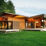 บ้านไร่สไตล์ Ranch ตกแต่งทันสมัย ด้วยโครงสร้างไม้โทนสีอบอุ่น พร้อมเฉลียงไม้รอบบ้าน