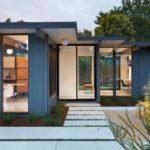 บ้านสไตล์โมเดิร์นของคนเมือง เน้นความโปร่งโล่งด้วยผนังกระจก พร้อมสวนหลังบ้านที่เป็นส่วนตัว