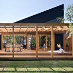 บ้านแห่งความสดใส พร้อมเฉลียงนั่งเล่งรับบรรยากาศกลางแจ้ง สร้างพื้นที่แห่งความสุขในสวนหลังบ้าน