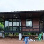 บ้านยกพื้นแนวรีสอร์ท โครงสร้างเหล็ก ตกแต่งผนังไม้อบอุ่น พร้อมระเบียงรับลมรอบบ้าน งบประมาณ 590,000 บาท