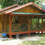 บ้านไม้หลังคาหน้าจั่ว สไตล์แคริบเบียน พร้อมระเบียงนั่งเล่น รับบรรยากาศธรรมชาติจากสายลมและแสงแดด