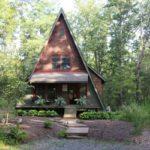 บ้านไม้สองชั้นทรงกระท่อม โดดเด่นรูปทรงสามเหลี่ยมสีแดง พร้อมการตกแต่งภายในแบบวินเทจสวยงาม