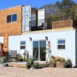 บ้านตู้คอนเทนเนอร์สองชั้น ตกแต่งภายในแบบวินเทจ จัดเต็มกับมุมพักผ่อนท่ามกลางธรรมชาติและอ่างอาบน้ำบนระเบียง