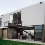 บ้านโมเดิร์นสองชั้น พร้อมสนามหญ้าสีเขียวผืนใหญ่ เชื่อมโยงการใช้ชีวิตคนเมืองเข้าสู่พื้นที่ธรรมชาติ