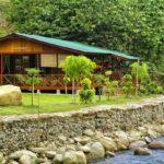 บ้านไม้ริมแม่น้ำสไตล์คันทรี มีระเบียงพักผ่อน รับบรรยากาศสดชื่นจากธรรมชาติ