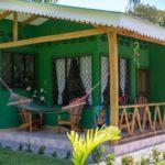 บ้านชั้นเดียวสไตล์แคริบเบียน โทนสีเขียวสดใส ท่ามกลางบรรยากาศร่มรื่นของสายลมและแสงแดด
