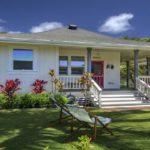 บ้านไม้หลังน้อยสไตล์คอทเทจ โทนสีสว่างสดใส มีระเบียงพร้อมชมวิวชายทะเล