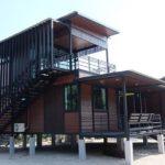 บ้านยกพื้นสองชั้น โครงสร้างเหล็กน็อคดาวน์ 4 ห้องนอน 2 ห้องน้ำ มีพื้นที่พักผ่อนรับลมรอบบ้าน