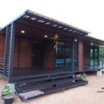 บ้านยกพื้นหลังน้อยสไตล์โมเดิร์น โครงสร้างเหล็กแต่งผนังไม้ พร้อมระเบียงพักผ่อน 2 ห้องนอน 1 ห้องน้ำ งบประมาณ 790,000 บาท