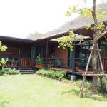 บ้านพักสไตล์รีสอร์ท รูปทรงตัวแอล (L-Shape) ดีไซน์ทันสมัย ก่อสร้างบนเนินเขาบรรยากาศธรรมชาติ