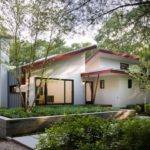บ้านทรงสโลปสไตล์โมเดิร์น บรรยากาศสดชื่นท่ามกลางสวนสีเขียว พร้อมสระว่ายน้ำกลางแจ้ง