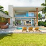 บ้านสามชั้น สไตล์โมเดิร์น ตกแต่งเรียบง่าย พร้อมใช้วัสดุที่ดูกลมกลืนกับธรรมชาติ โครงสร้างเปิดโล่งมองเห็นวิวทะเลนอกบ้าน