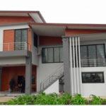 บ้านโมเดิร์นชั้นครึ่ง โทนสีส้มเทา 4 ห้องนอน 5 ห้องน้ำ เน้นรูปทรงสวยงามและพื้นที่ใช้สอยกว้างขวาง