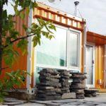 บ้านตู้คอนเทนเนอร์สีส้มสด รูปทรงตัวแอล (L-Shape) ครบครันทุกฟังก์ชันใช้งาน บนพื้นที่ขนาดกะทัดรัด